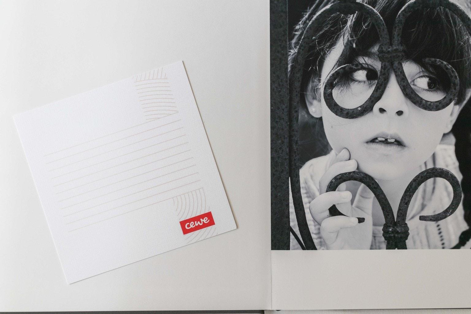 Tarjeta que acompaña álbum premium cewe