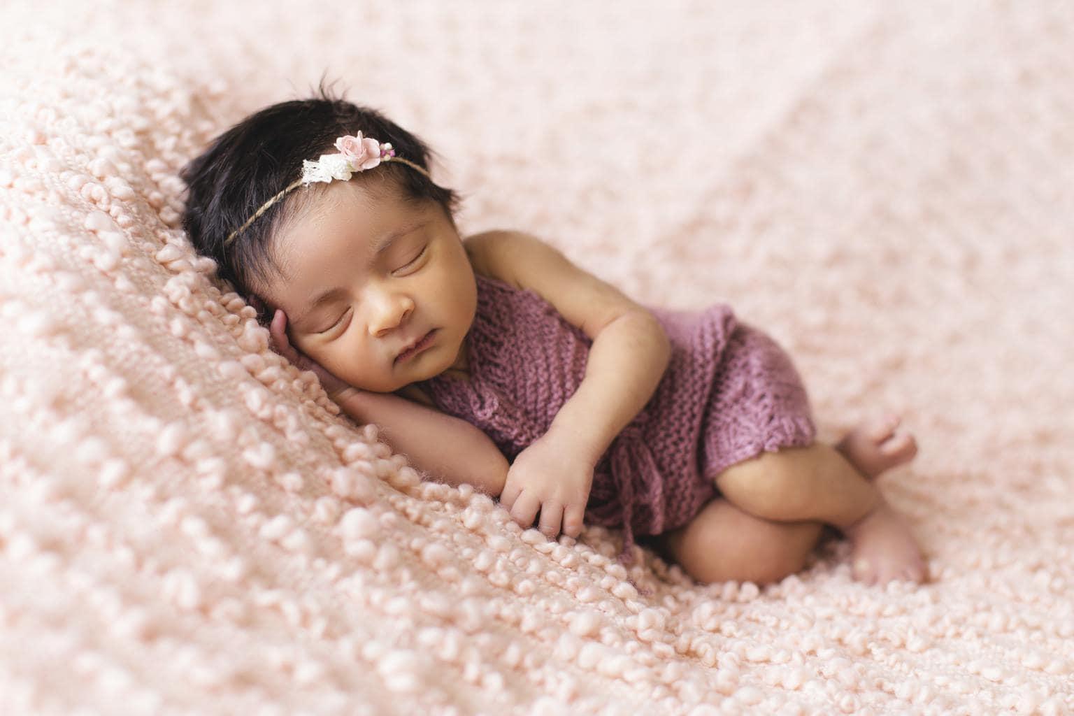 fotografía de bebé  recién nacido con diadema lila