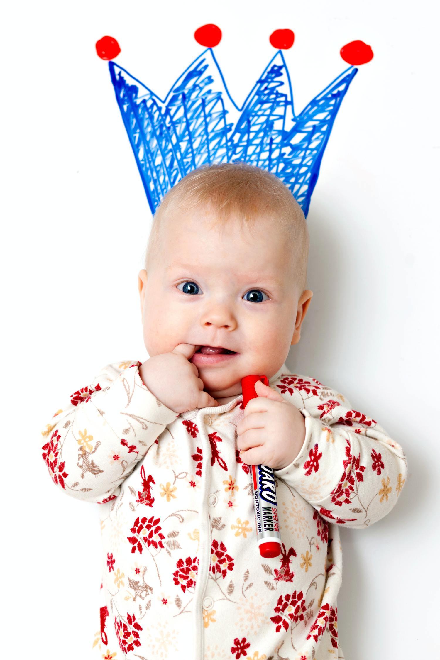 fotografía creativa de bebé con corona dibujada