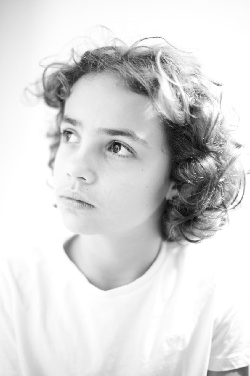 retrato en clave alta revelado en blanco y negro