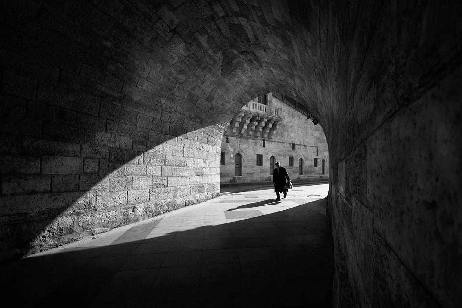 Fotografía de calle con móvil en blanco y negro