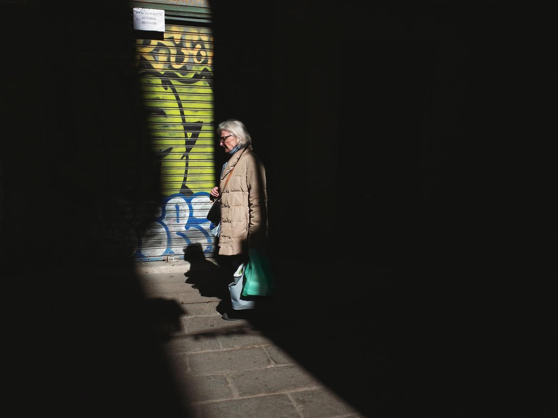 Fotografía creativa de calle usando contraste de luces y sombras