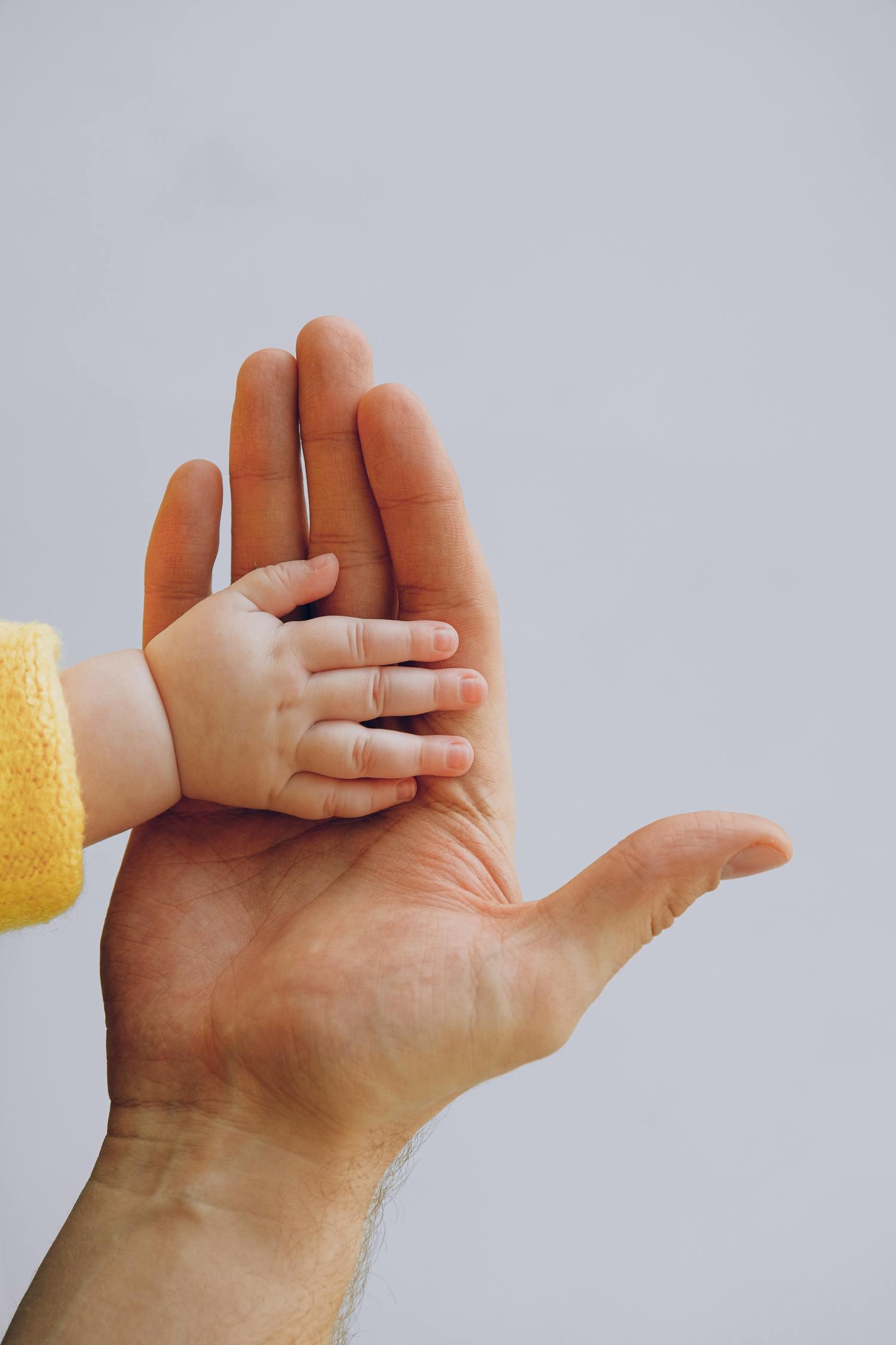 fotografía de bebés, detalle de manos escala