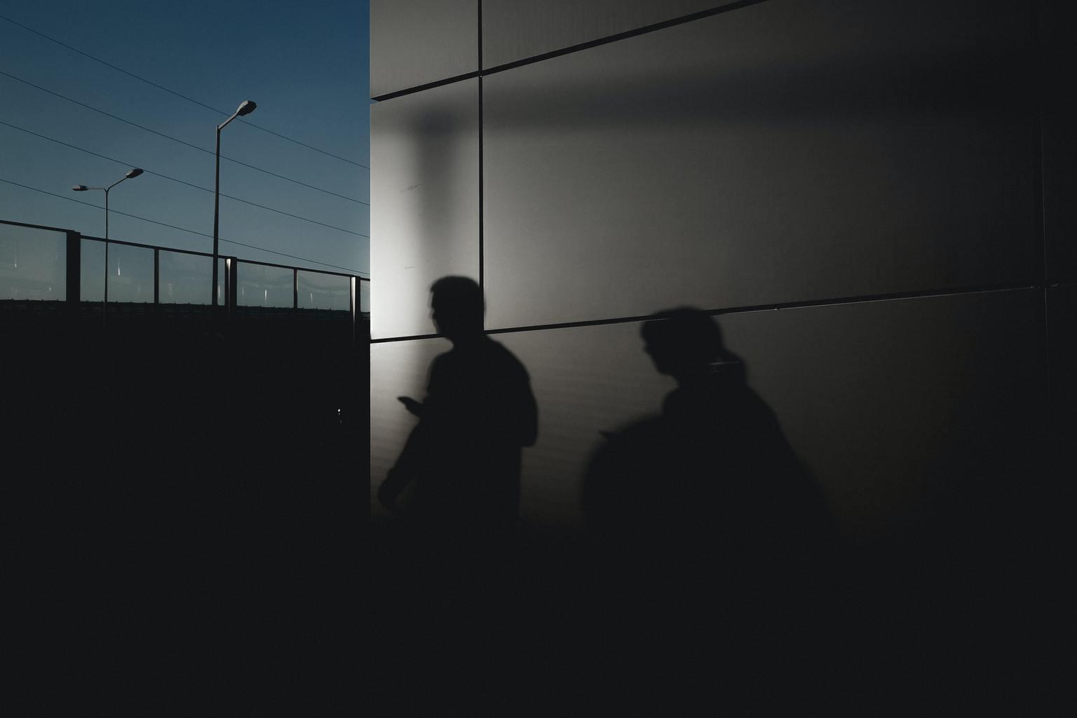 siluetas de gente con móvil en la mano