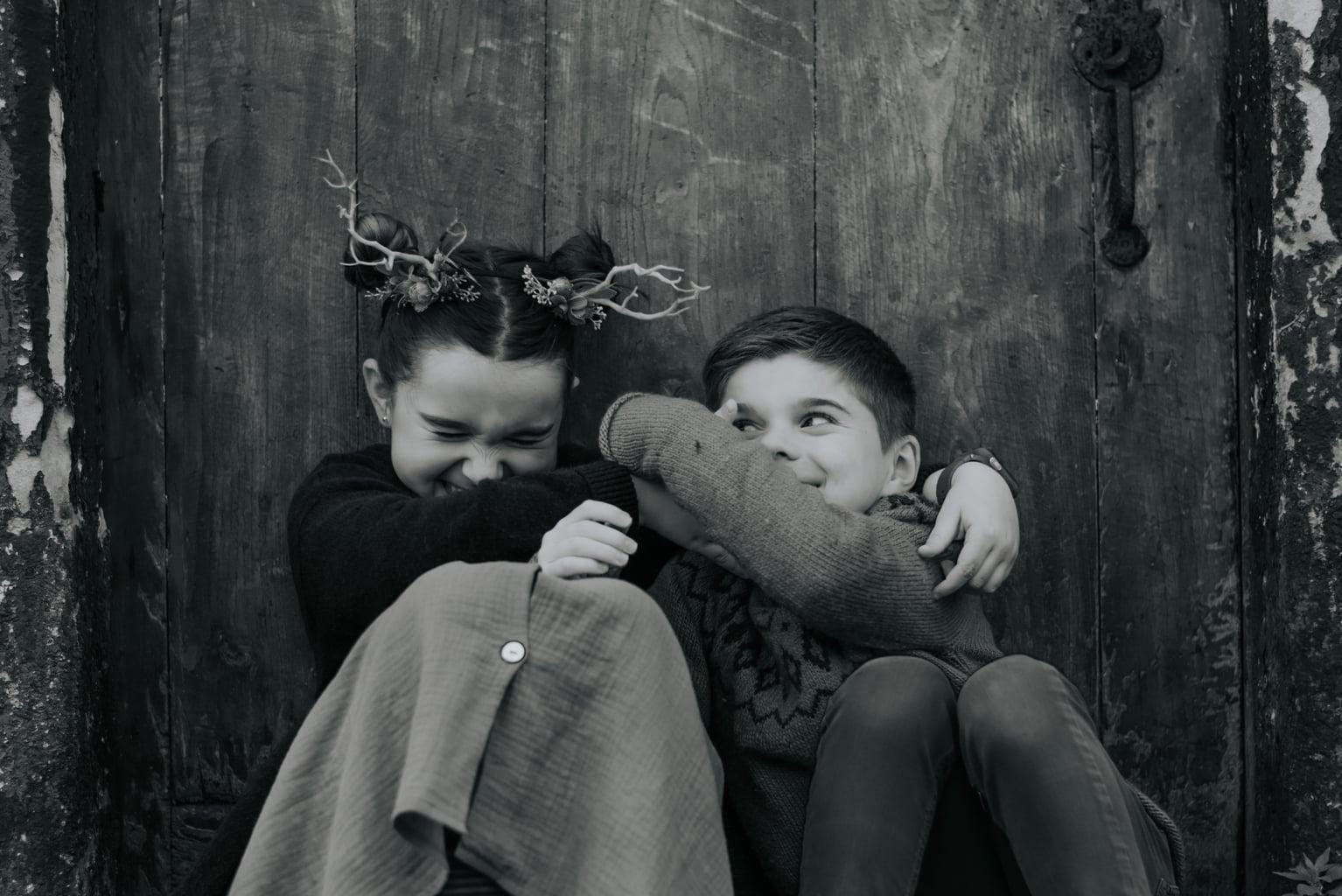 Fotografía de dos hermanos riéndose y jugando