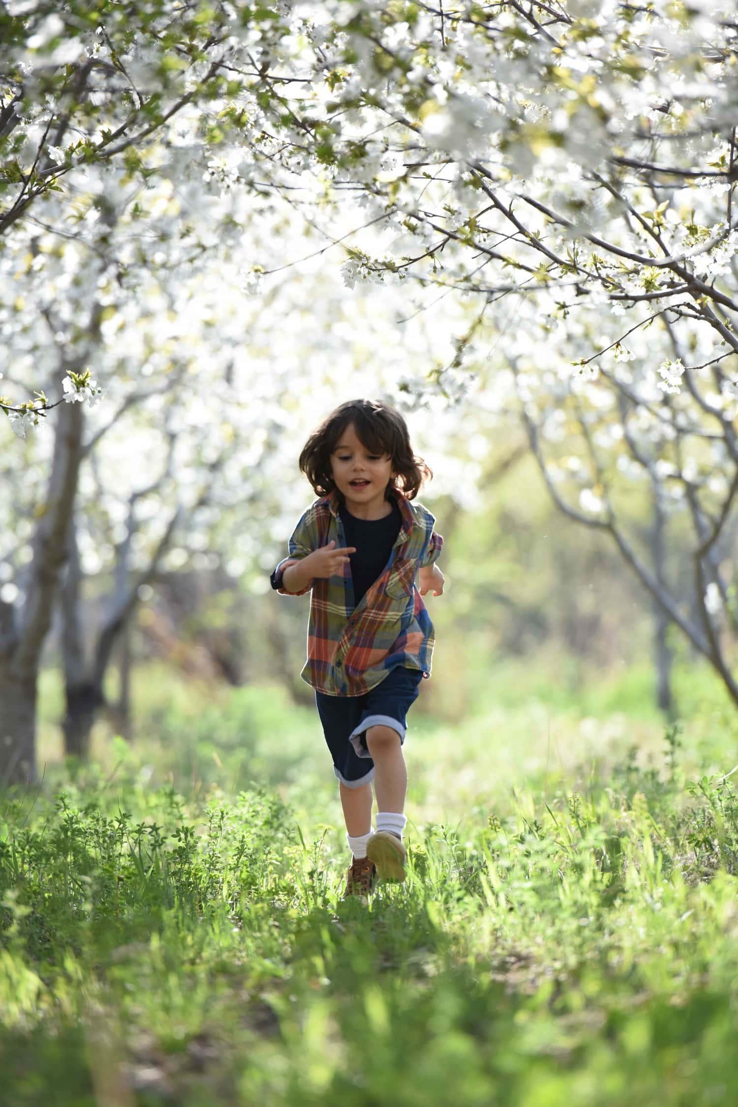 Niño fotografiado en una sesión de exteriores