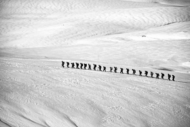 líneas en la composición de una fotografía de nieve y excursionistas