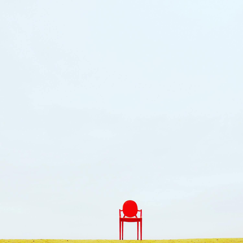 minimalismo en la composición con una silla roja