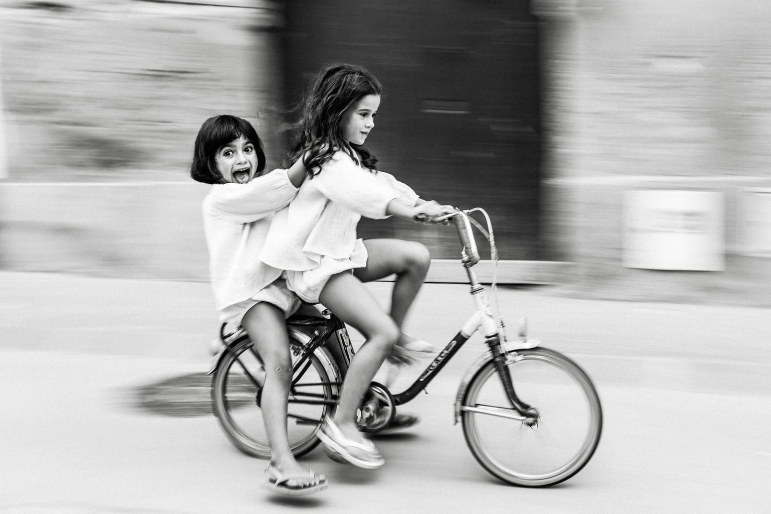 Niñas en bicicleta a toda velocidad con efecto panning