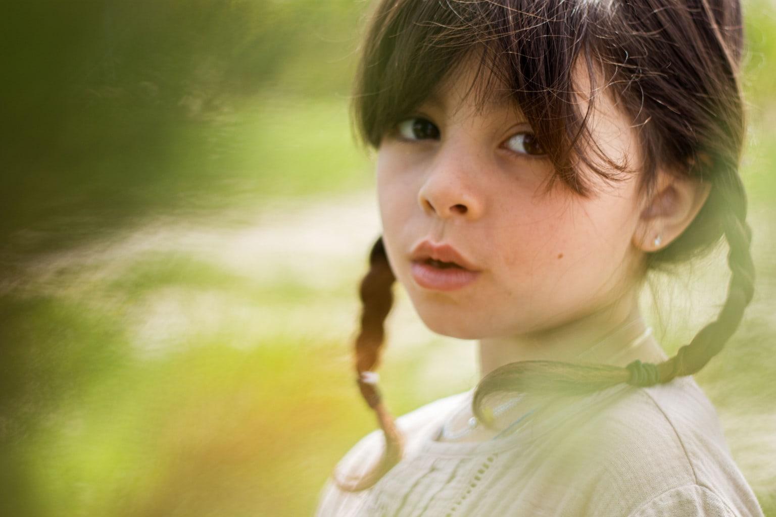 Retrato de niña fotografiado con un objetivo 50mm
