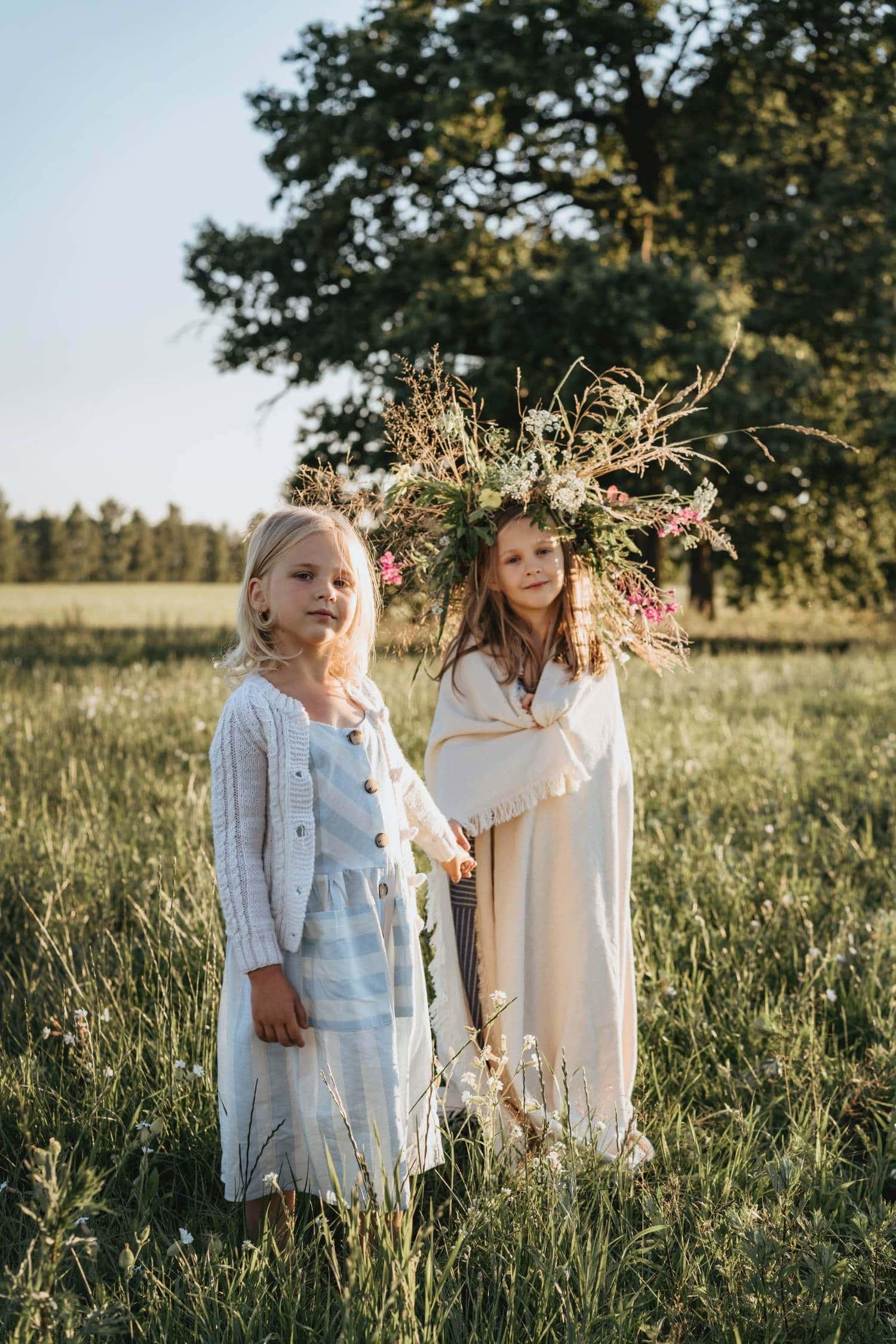 Sesión de fotos de niñas al atardecer con la luz dorada
