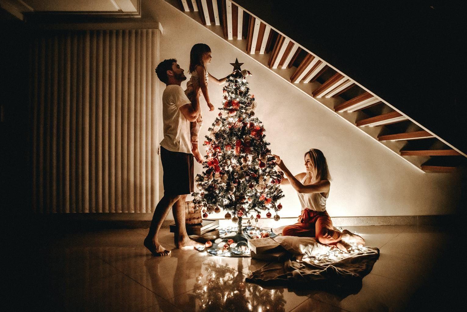 Familia montando árbol navidad para fotoreto82