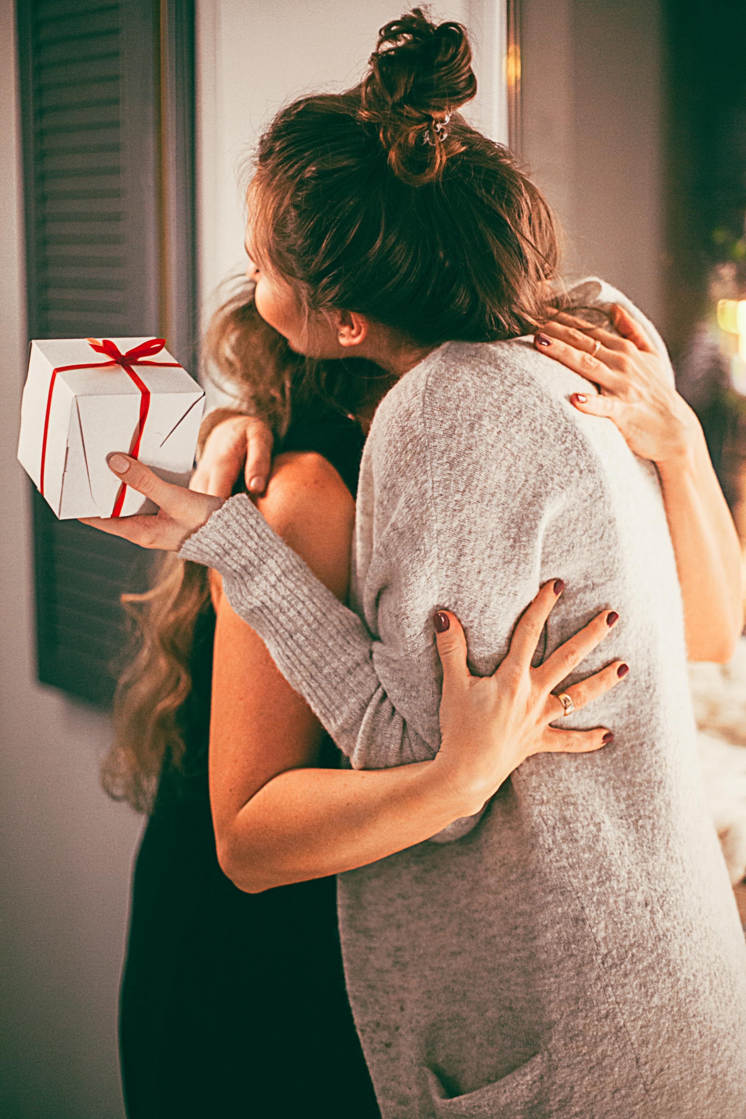 Abrazo en la entrega de regalo de Navidad