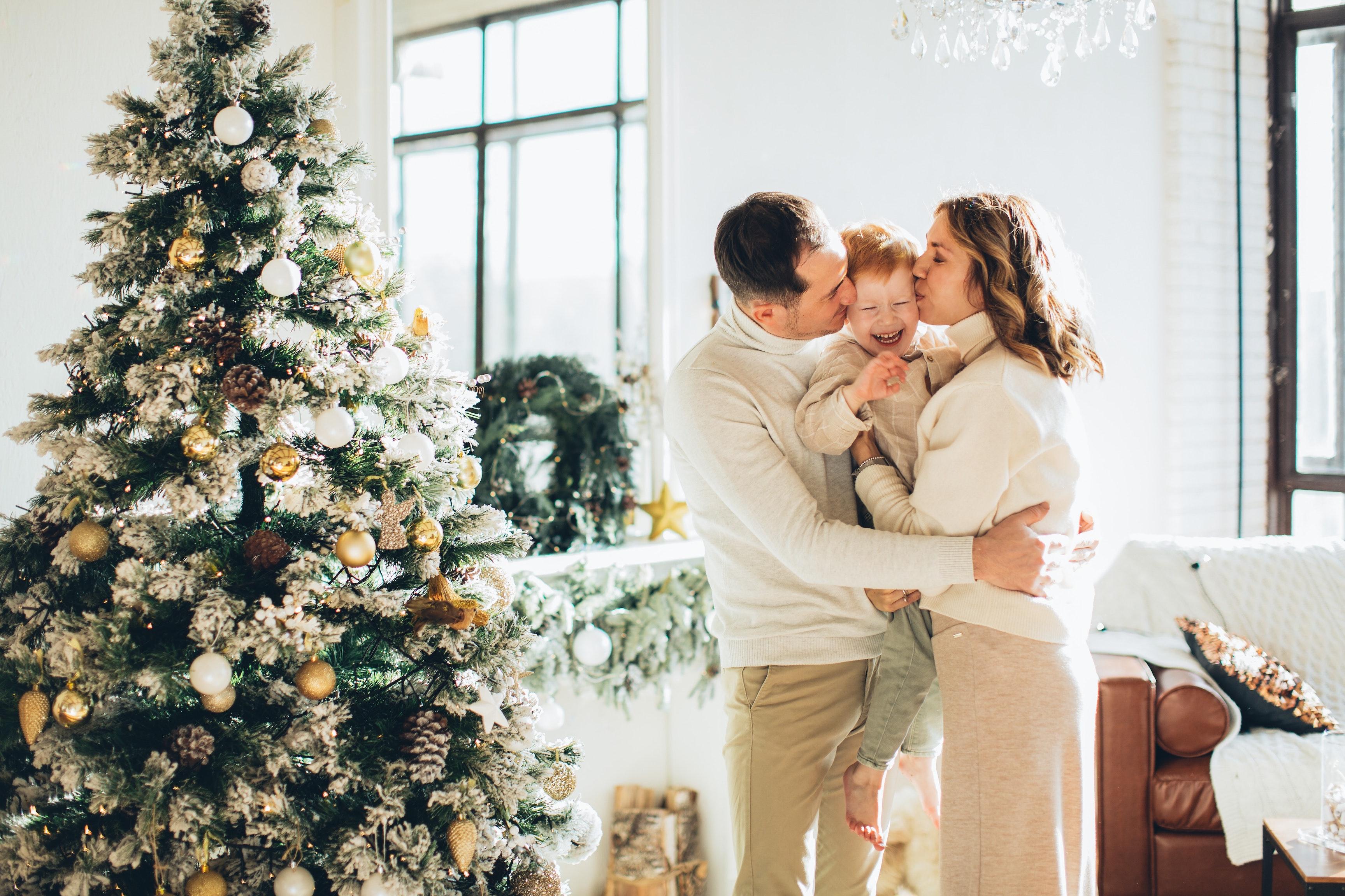 Retrato de familia junto al árbol de Navidad