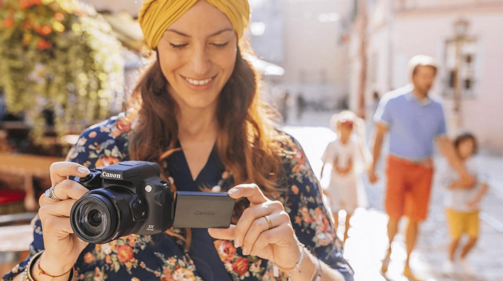 Mujer fotografiando con la cámara Canon PowerShot SX70 HS