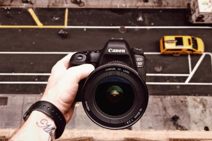 cámara canon en mano