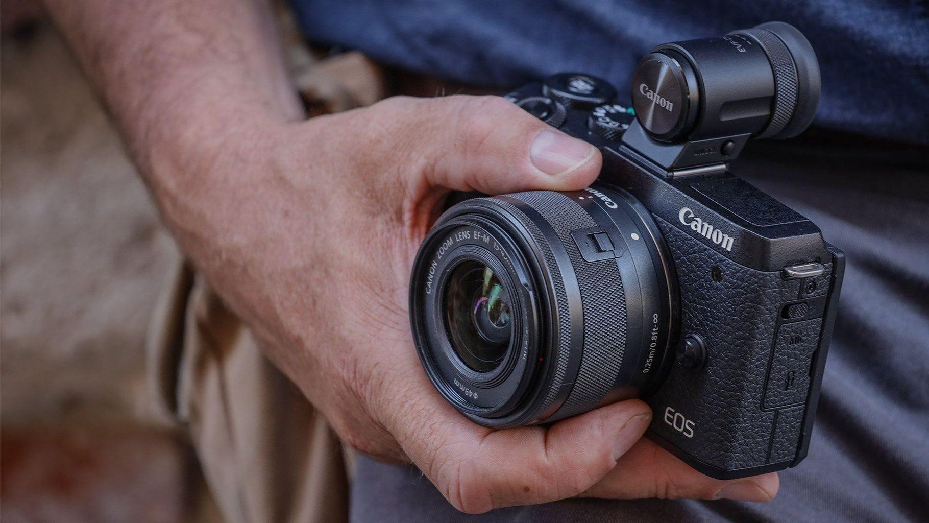 Mano sujetando la cámara EOS M6 Mark II