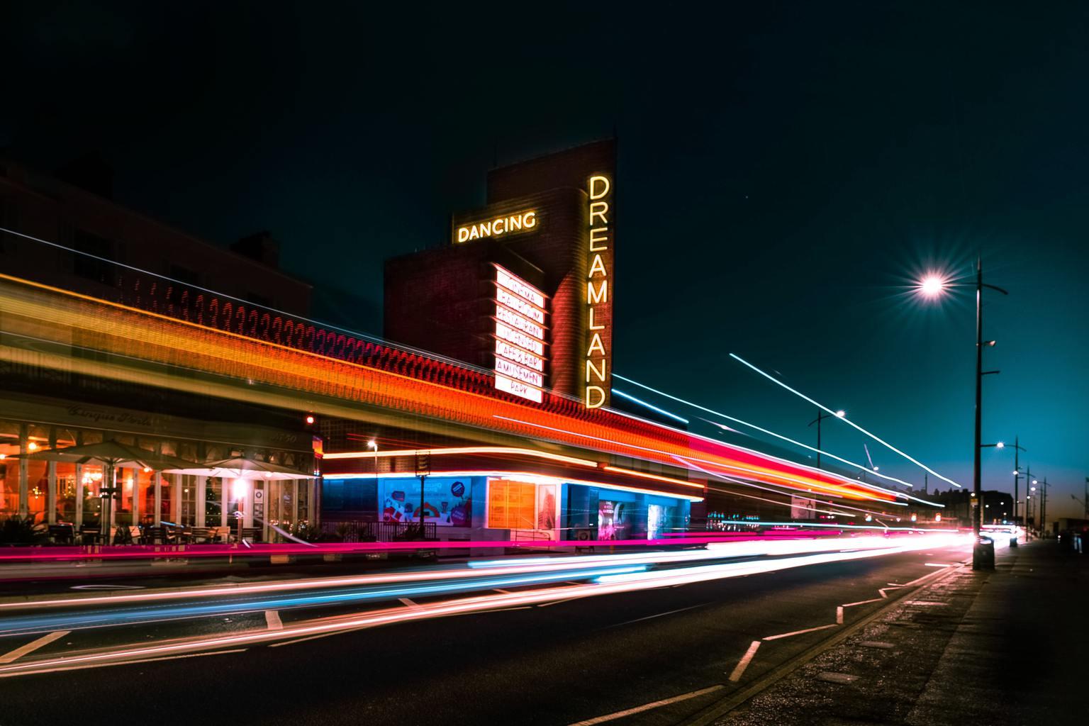 estelas de luz con neon al fondo