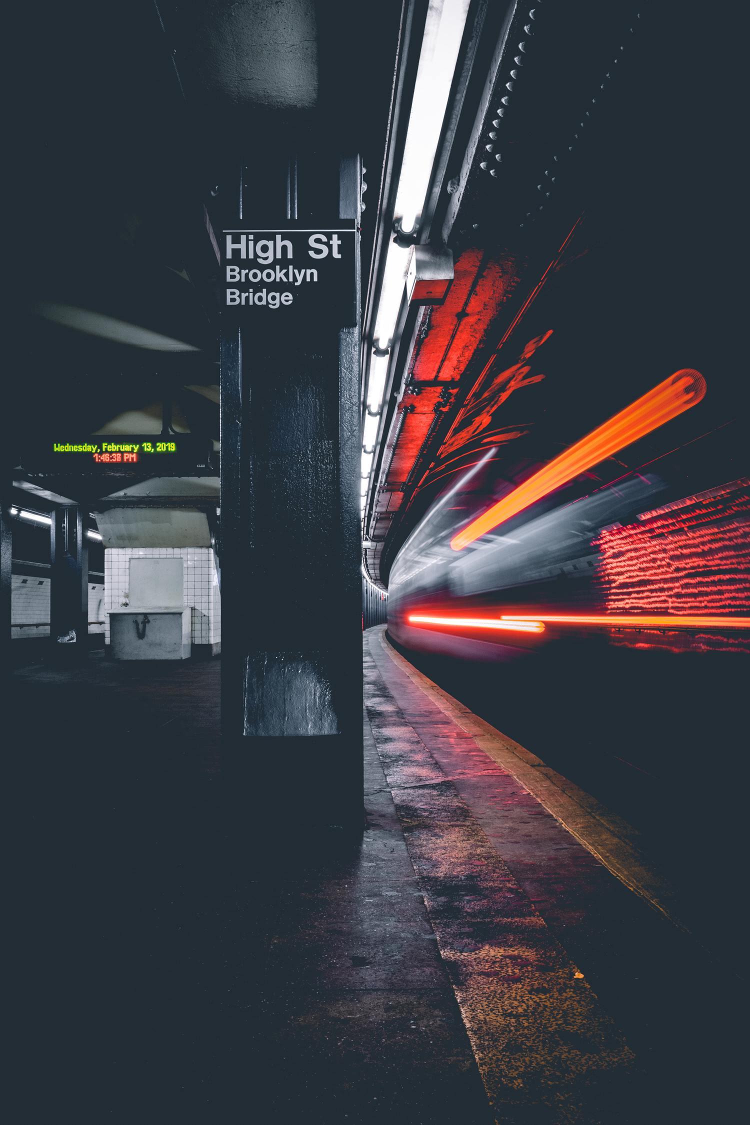 Estelas de luz en estación de metro con larga exposición