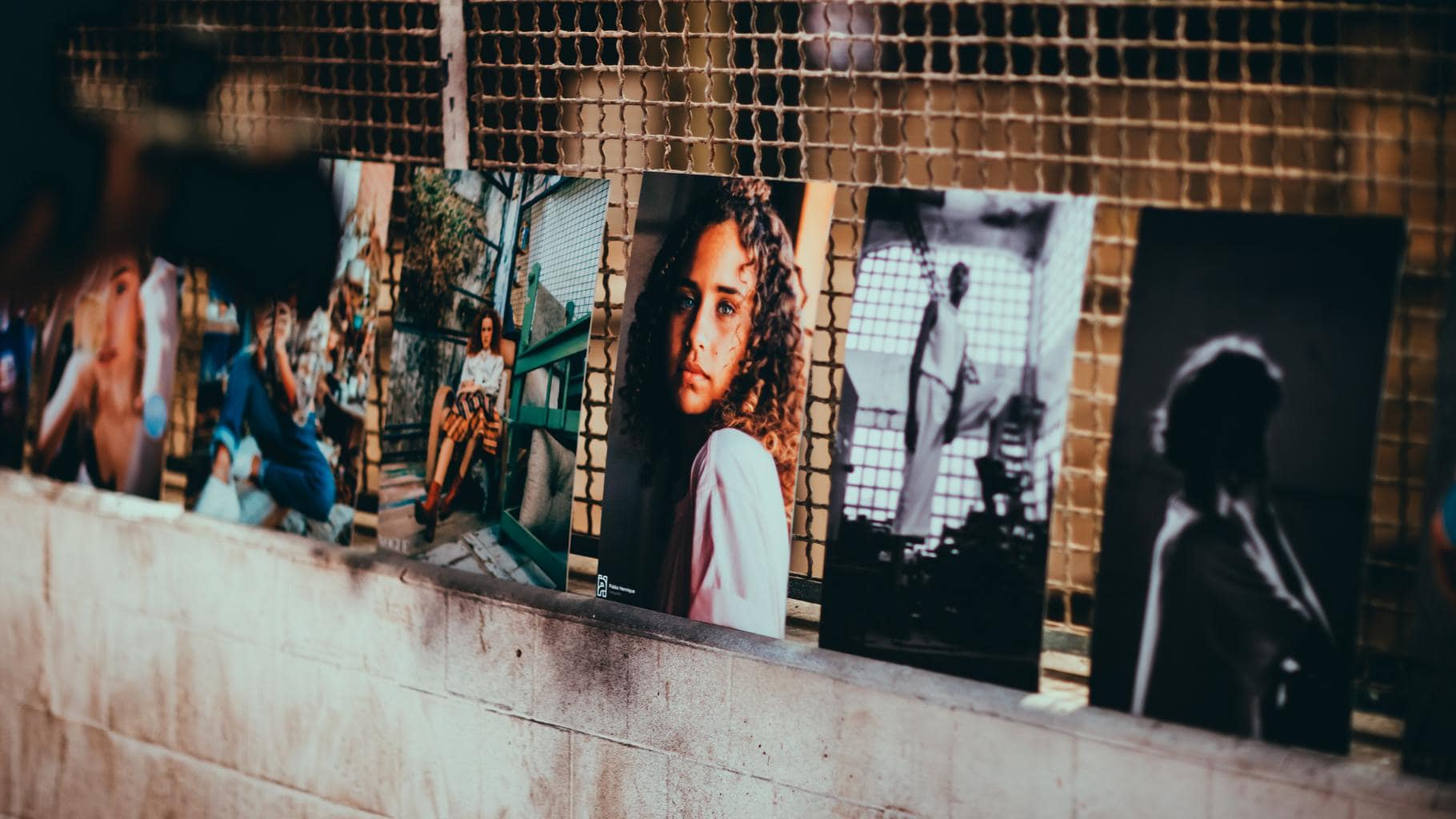 fotos impresas expuestas en la calle