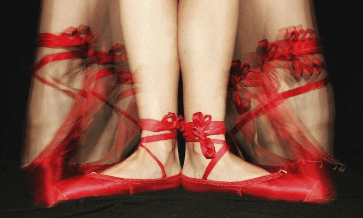 Pies con zapatillas de balé rojas ganadora del #fotoreto84