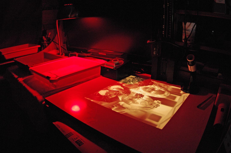 Разработка аналоговой темной комнаты с красным светом