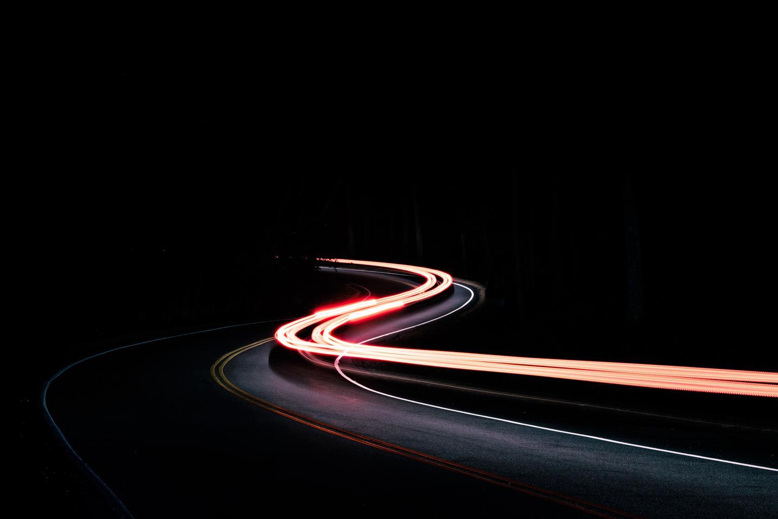 Fotografía abstracta utilizando estelas de automóviles