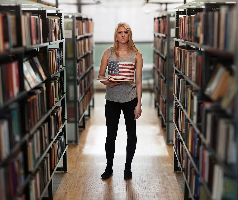 Retrato de mujer en biblioteca con efecto brenizer