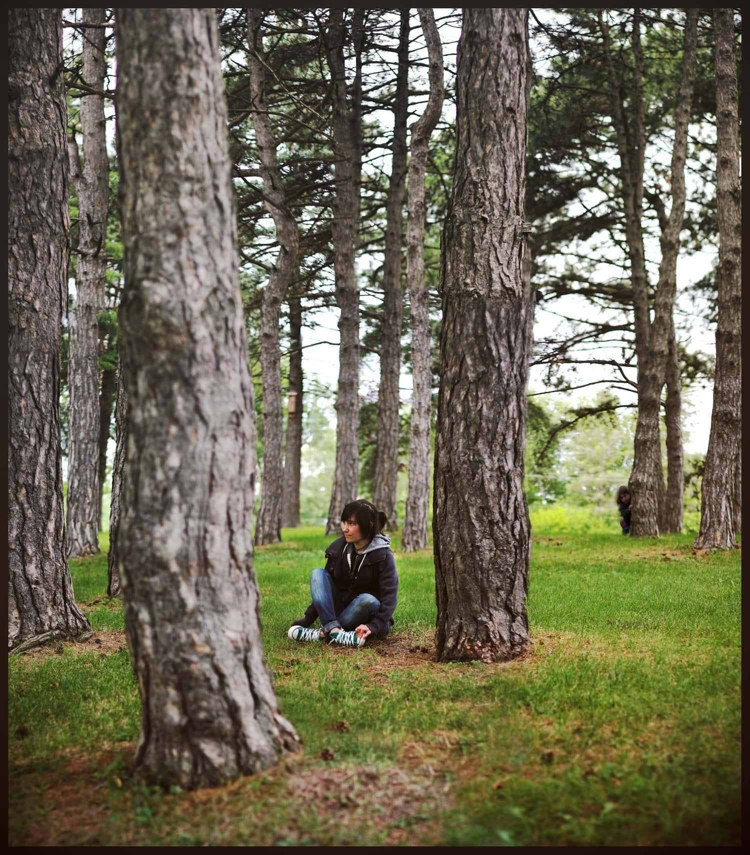 chica en bosque con efecto brenizer