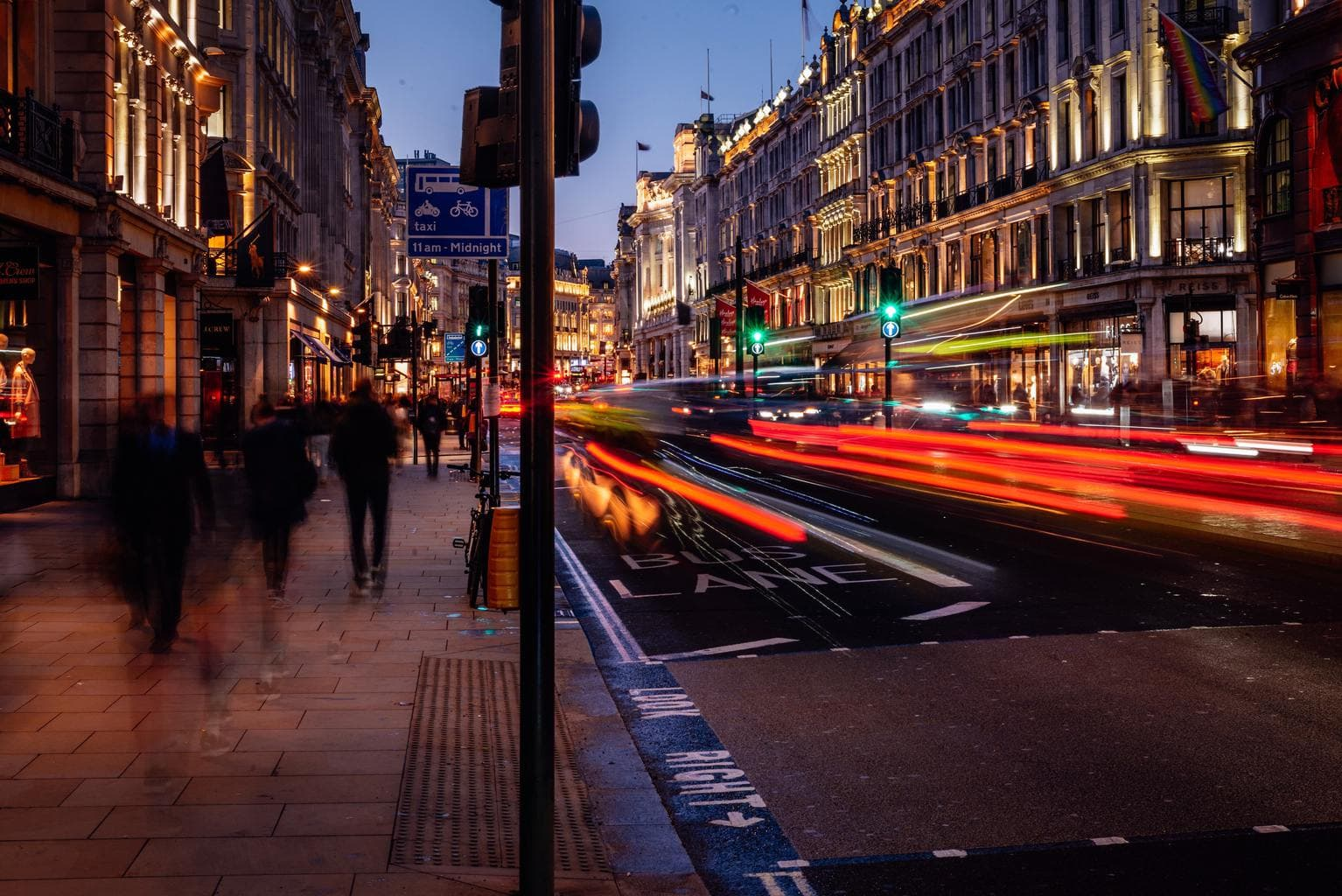 Estelas de luz en la vida callejera