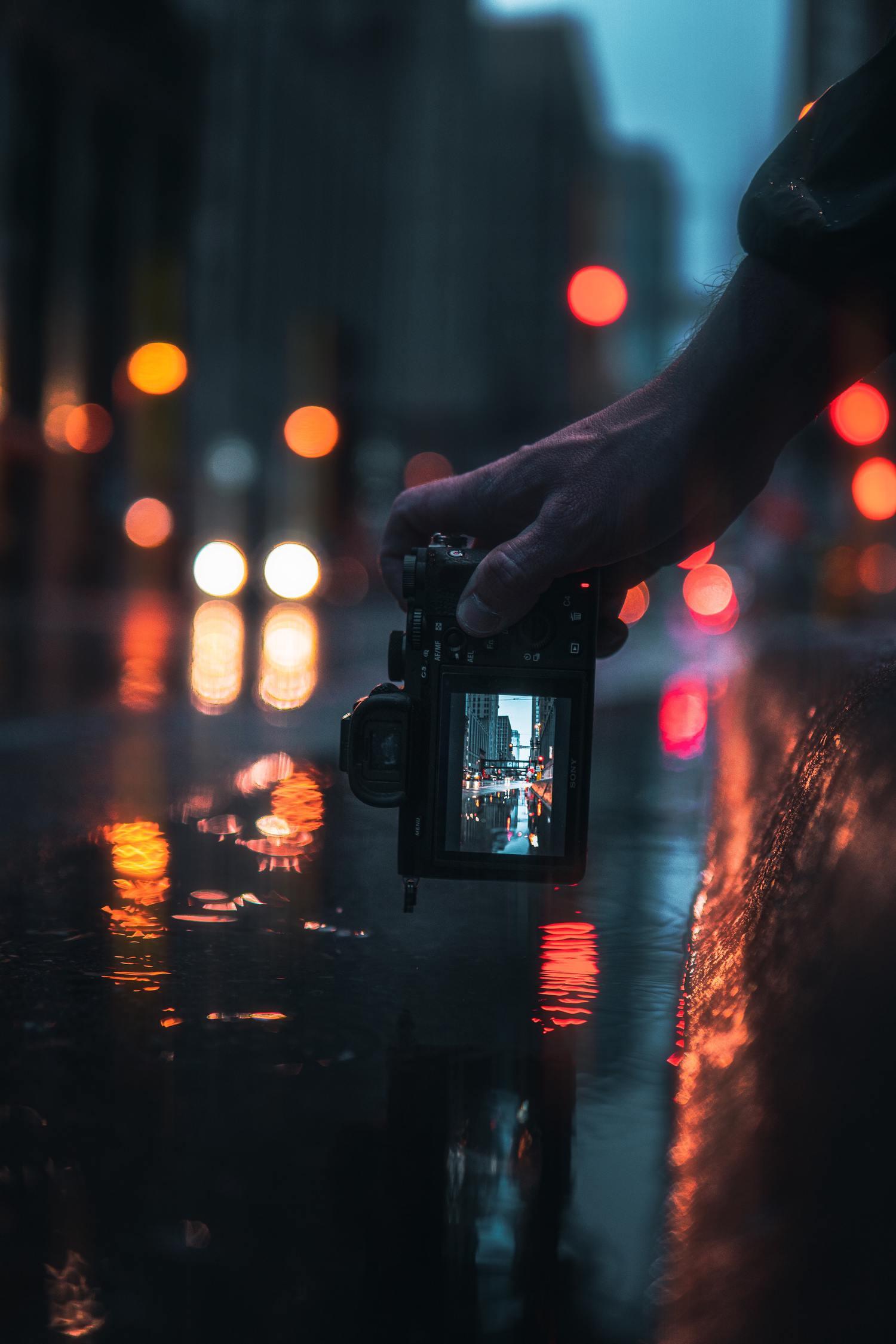 Cámara con vista de pantalla enfocando la calle de noche