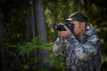 fotógrafo cámara canon eos 90D en manos
