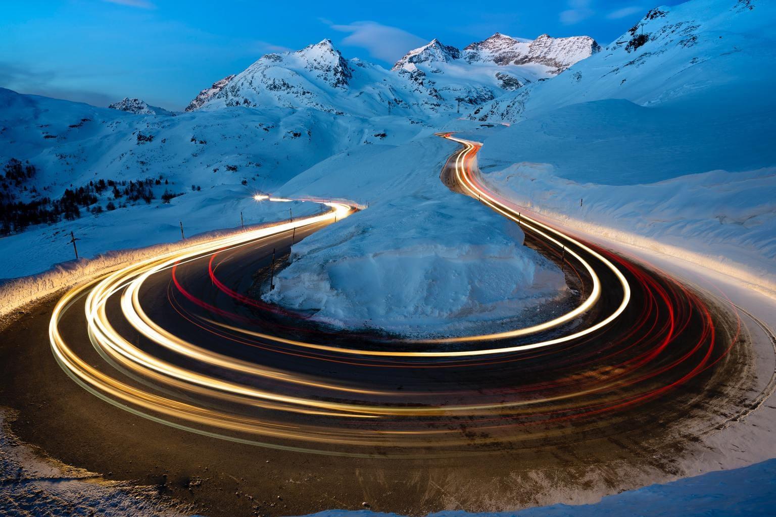 Estelas de luz en paisaje nevado