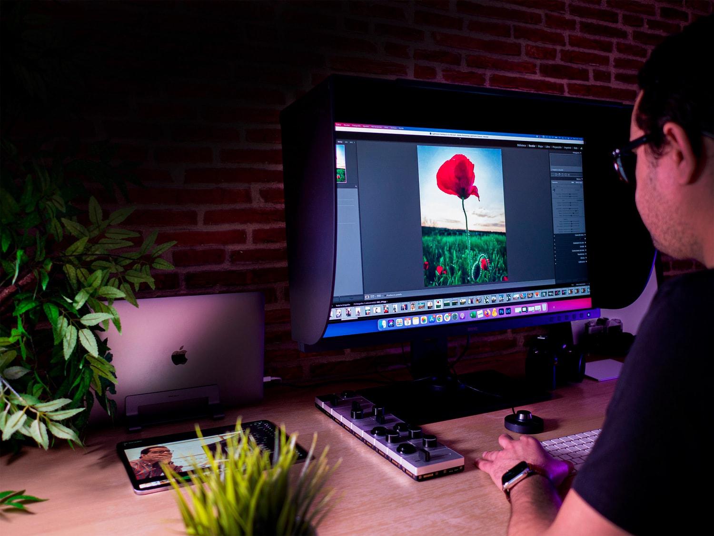 Mario editando fotografía en monitor