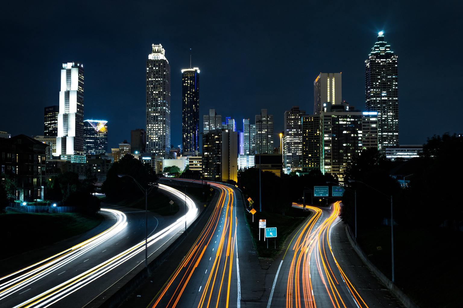 Skyline con estelas de automóviles