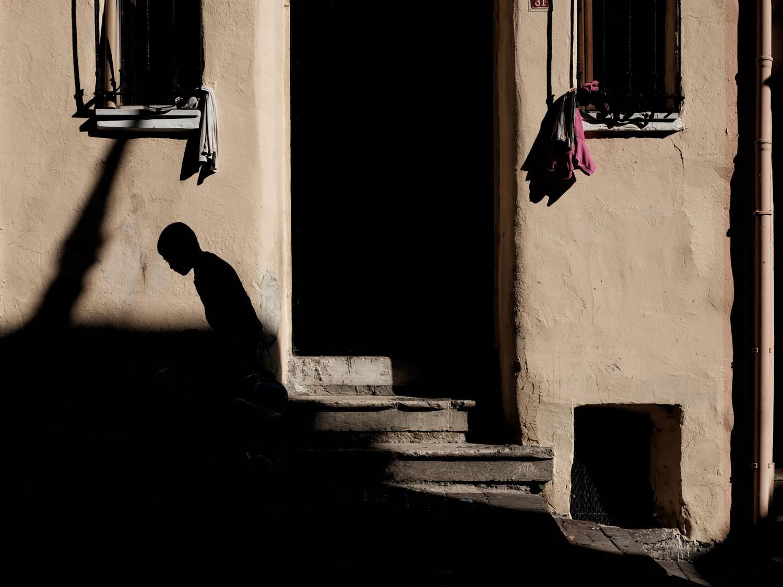 Fotografía de calle de silueta con una cuidada composición