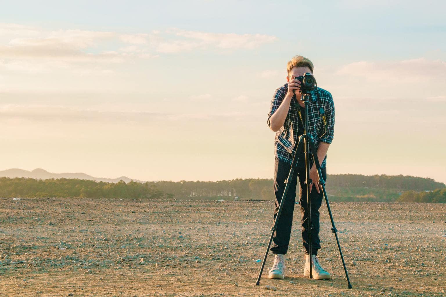 Fotógrafo con cámara en el trípode