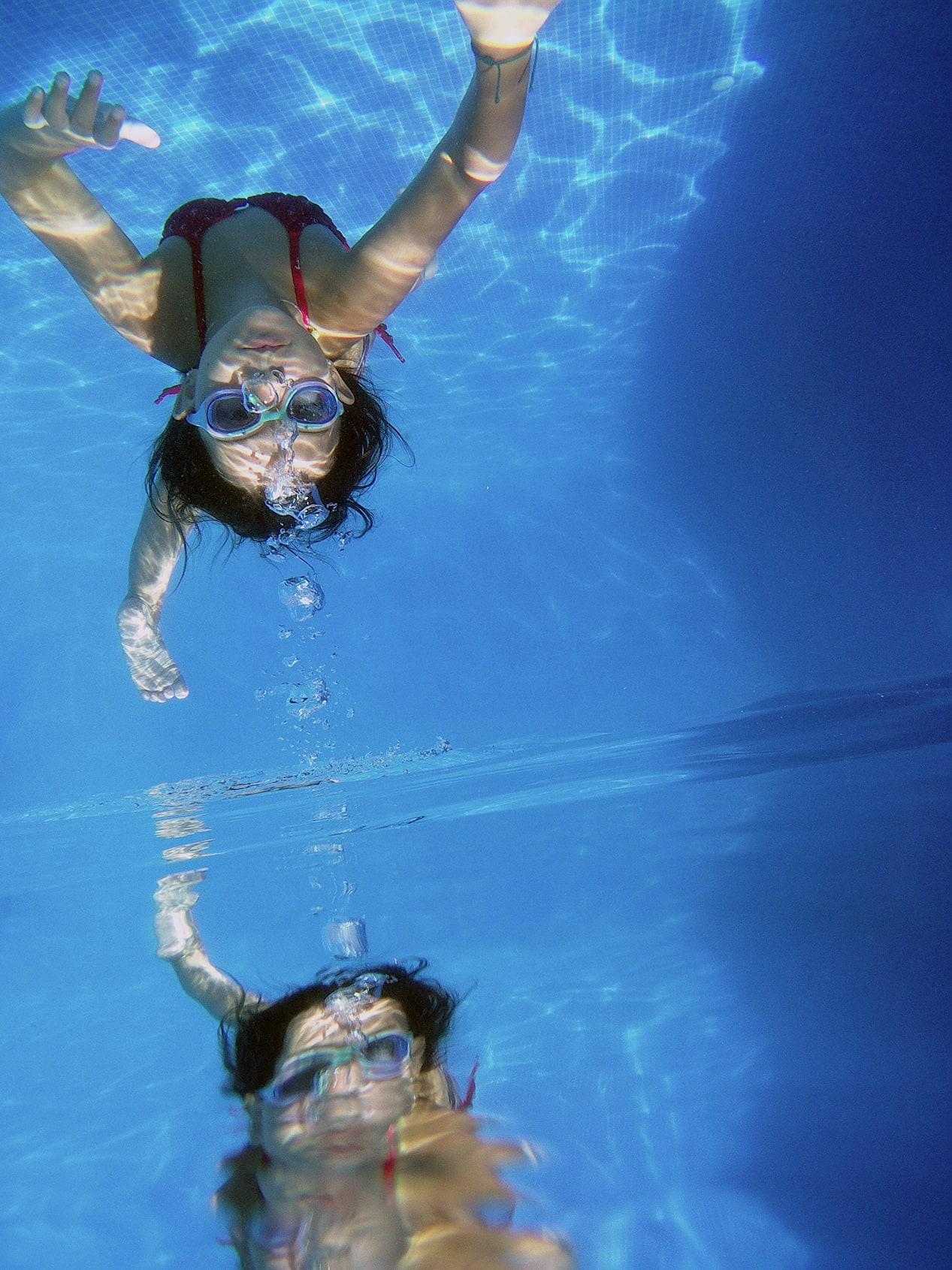 retrato de niña bajo el agua con cámara de acción