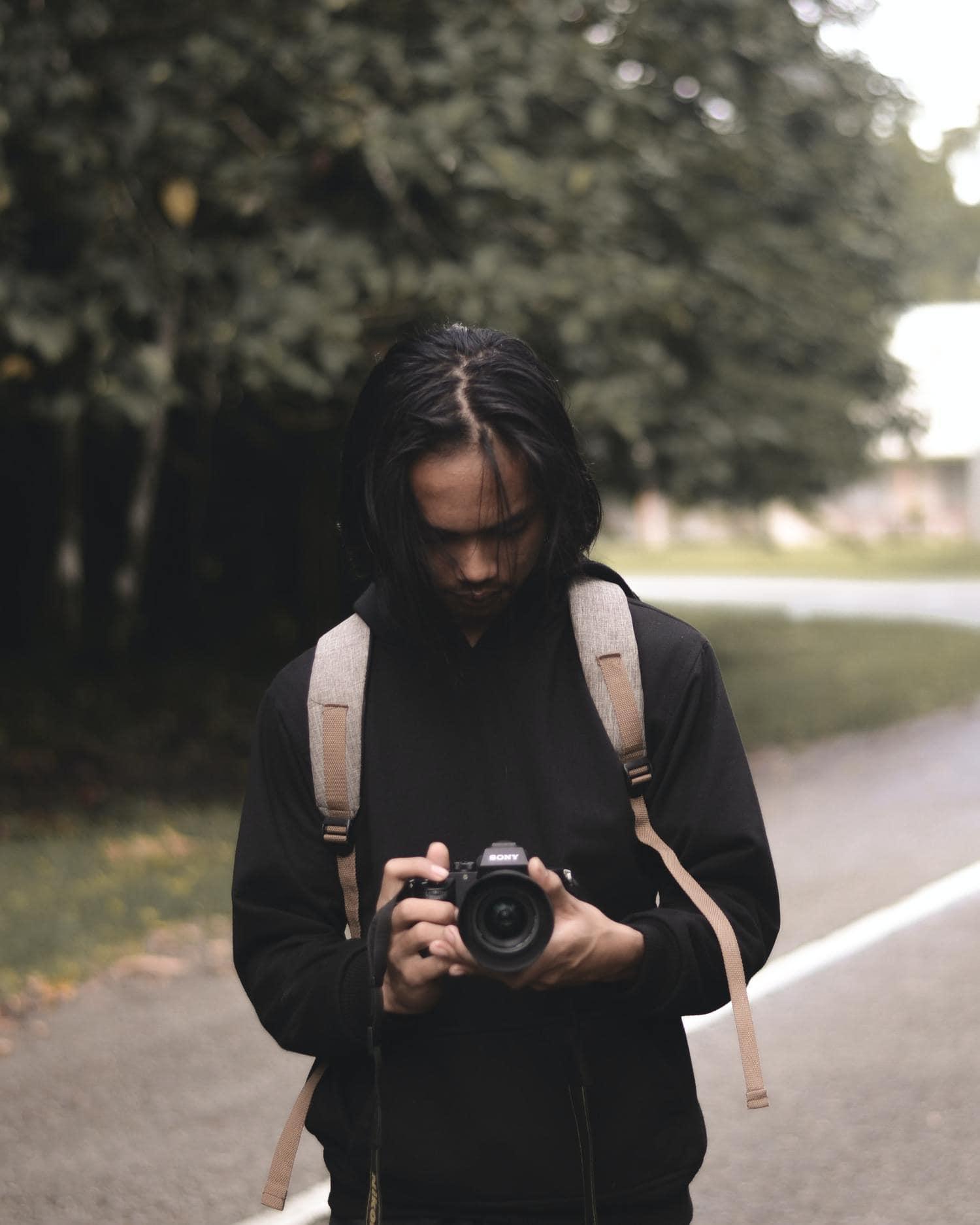 Fotógrafo disparando mirando a través de la pantalla
