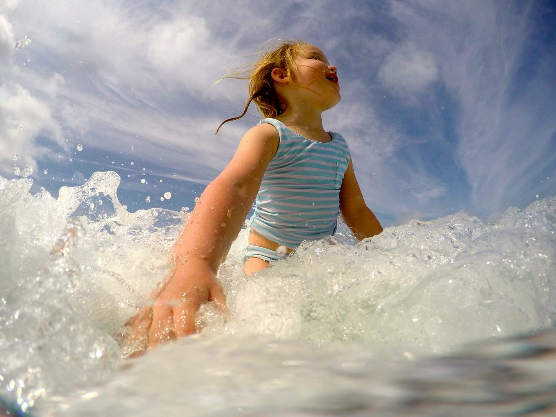 Niña en el agua fotografiada con GoPro desde perspectiva baja.