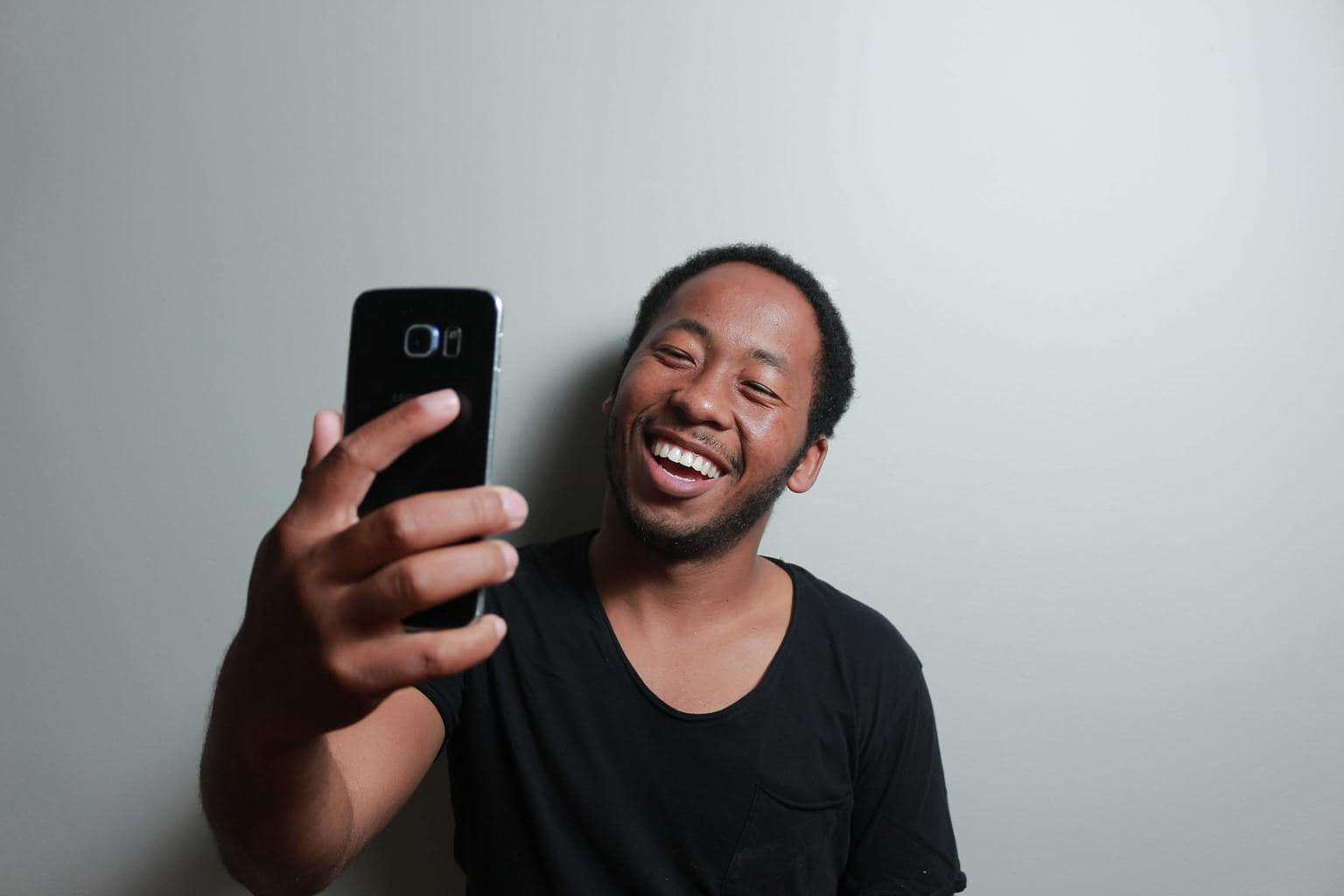 chico haciéndose selfie