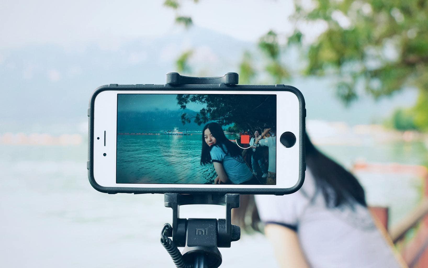 Selfie con el móvil en el trípode y temporizador activado