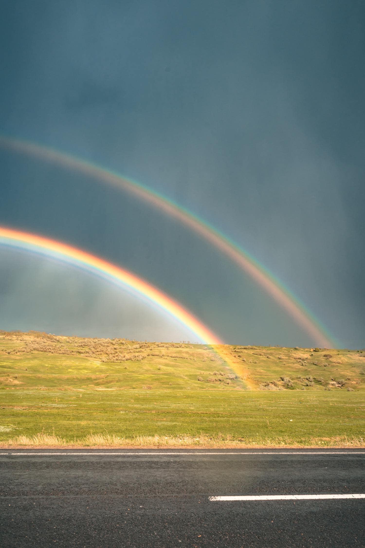 Carretera con arcoíris doble
