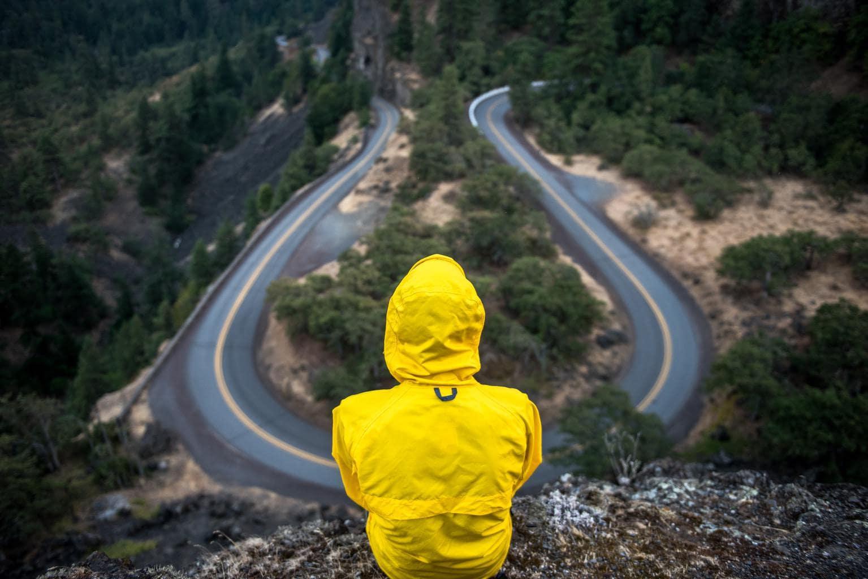 persona observando carretera
