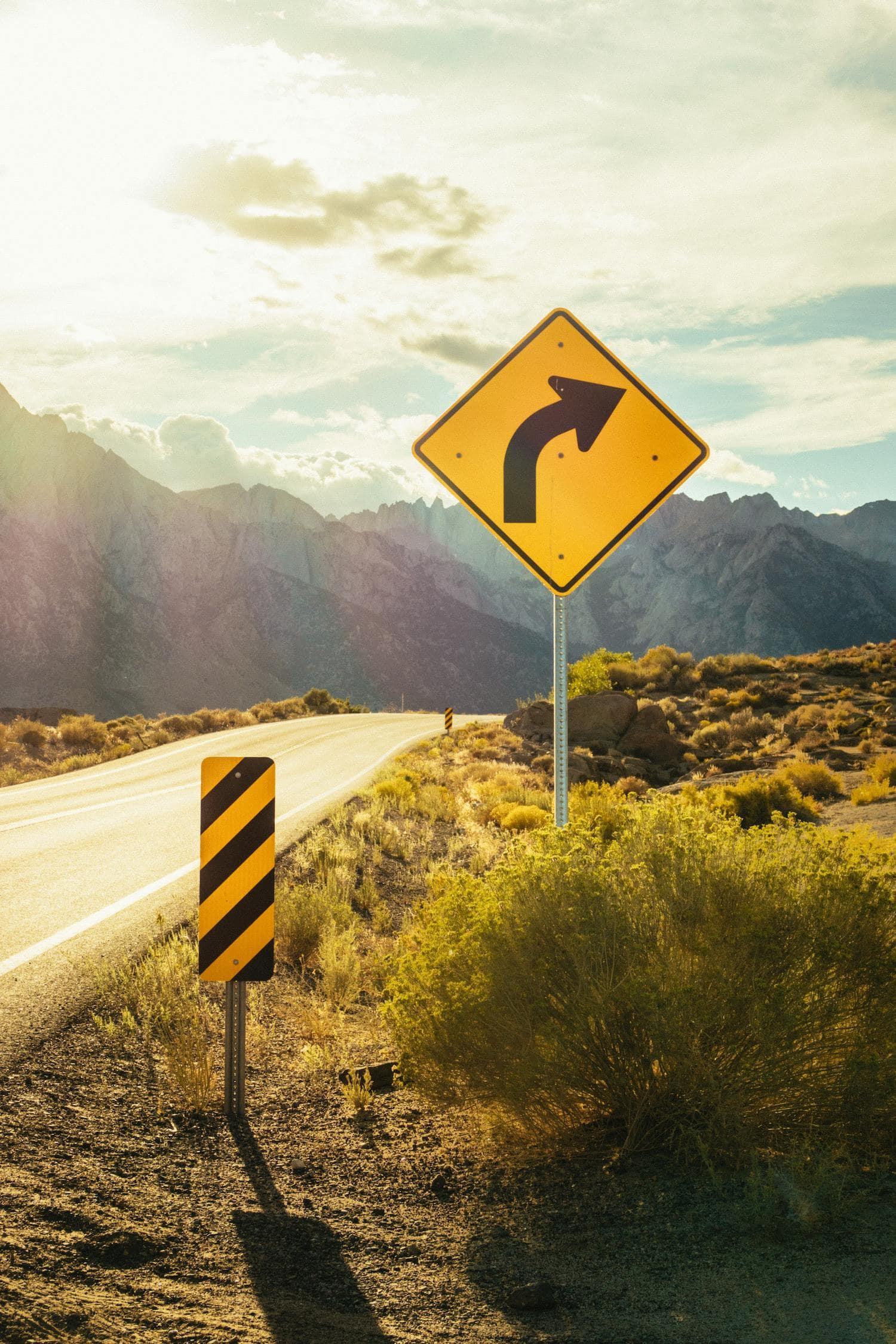 Carretera con señales en amarillo