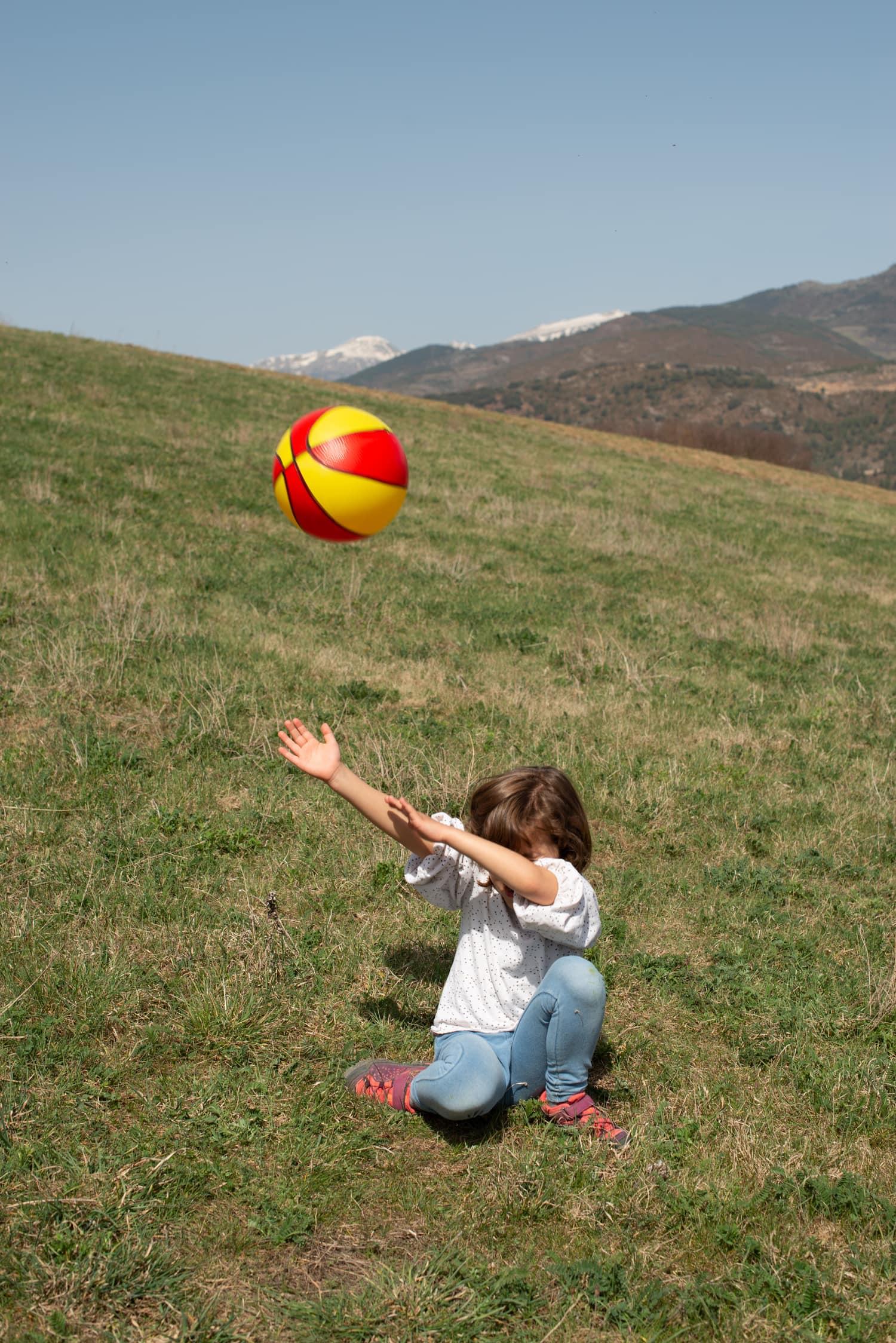 pelota niña campo