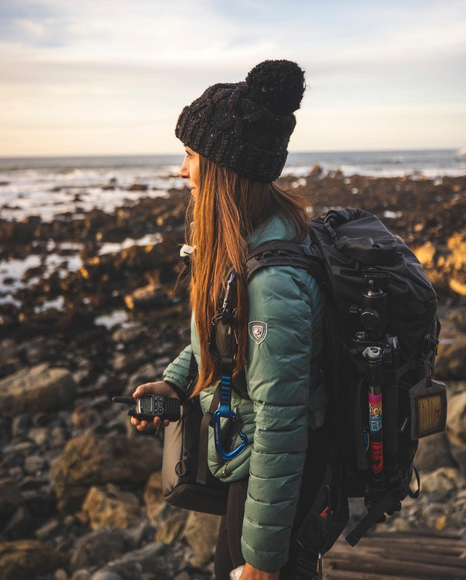 fotógrafa con mochila