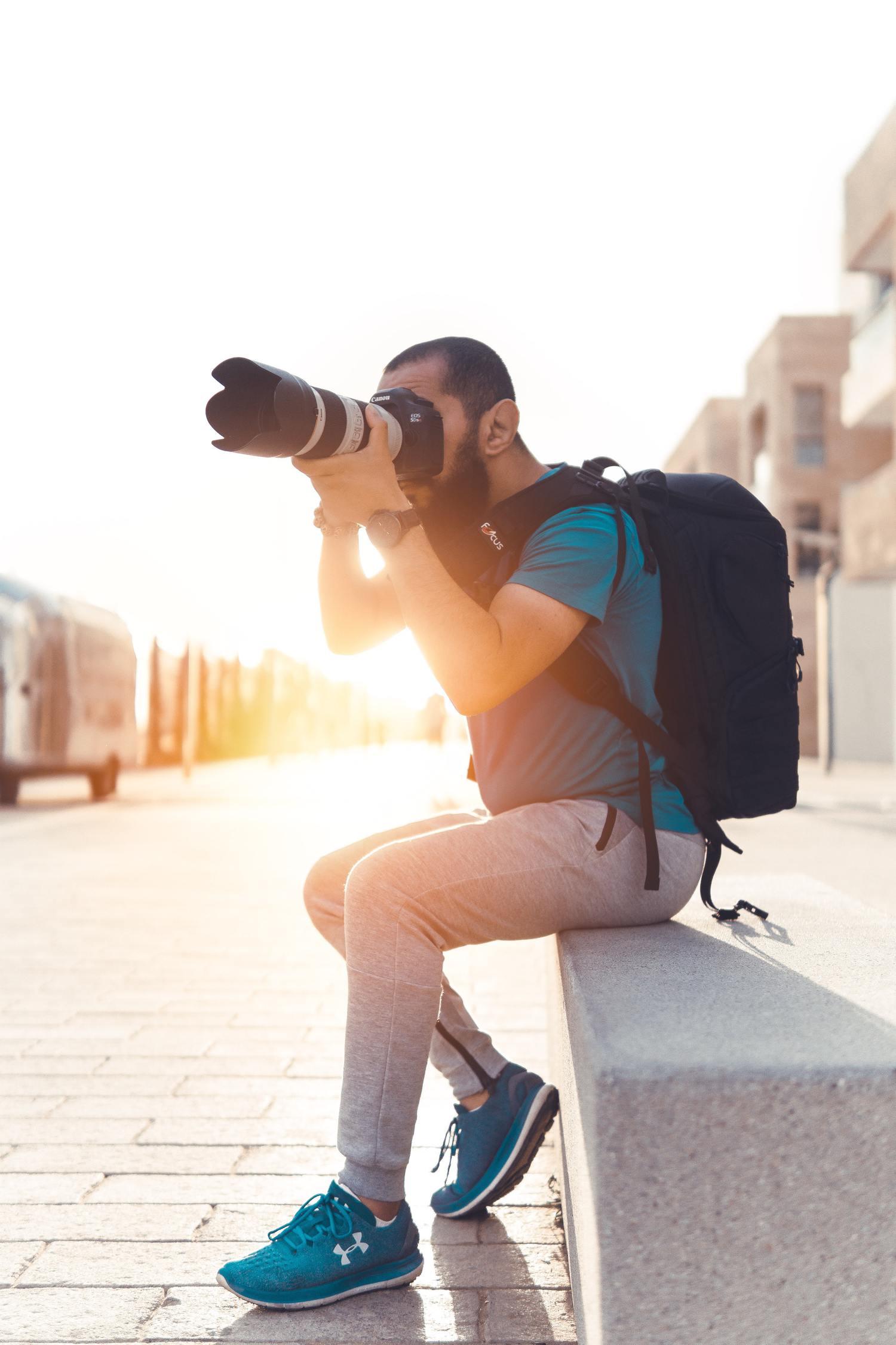 Fotógrafo usando un parasol para el objetivo