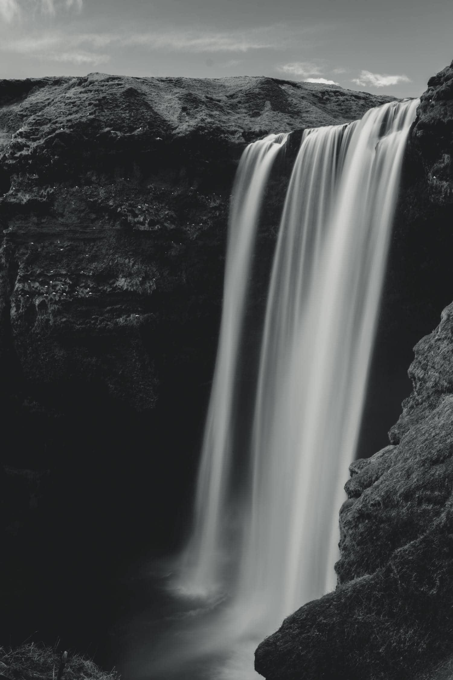 Cascada con agua efecto sedoso por velocidad de obturación lenta