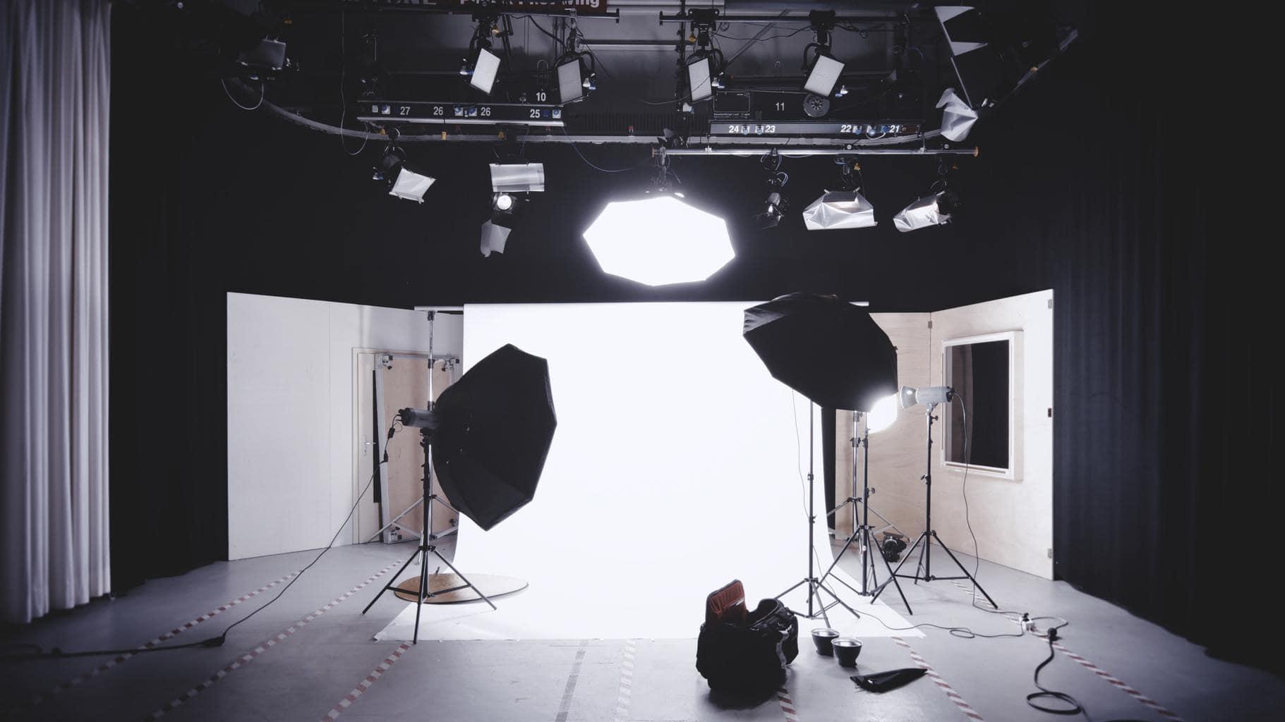 Estudio fotográfico con luces continuas y fondo infinito